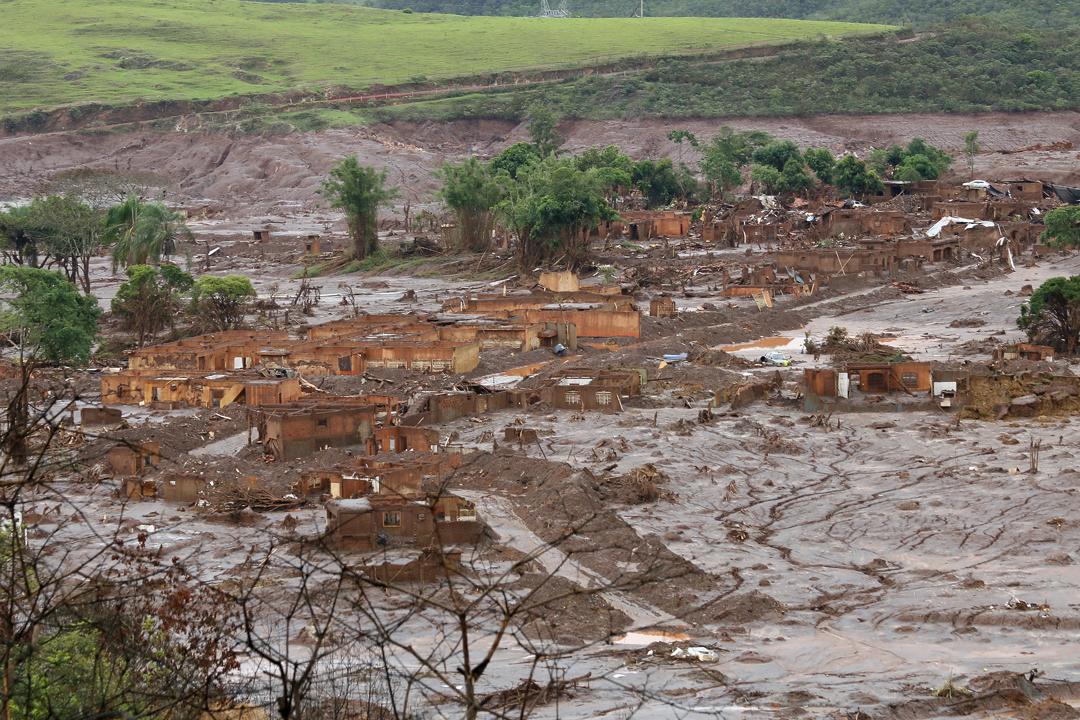 Das Dorf Bento Rodrigues nach dem Dammbruch am 5.November 2015. ©Senado Federal https://commons.wikimedia.org/wiki/File:Bento_Rodrigues, _Mariana,_Minas_Gerais_(22828956680).jpg