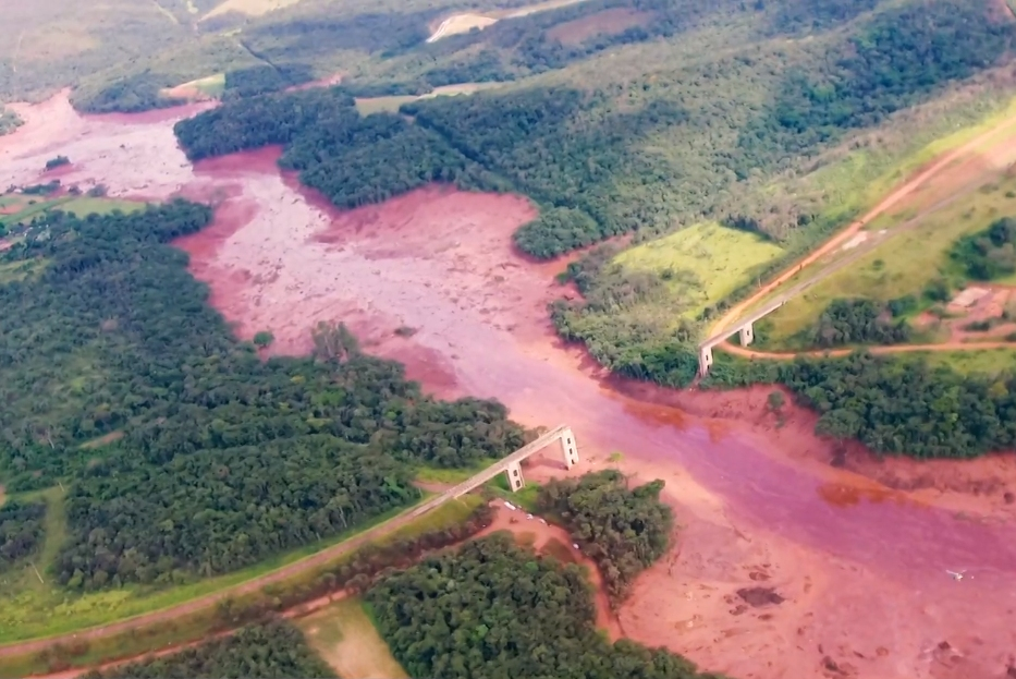 Dam break in Brumadinho    Bild: © TV NBR [CC BY 3.0]  - Wikimedia Commons