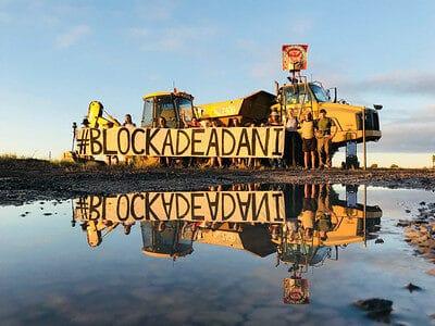 Aktivist*innen blockieren Arbeiten von Adani in Australien, Dezember 2017. |  Bild: © John Englart [CC BY-SA 2.0]  - flickr